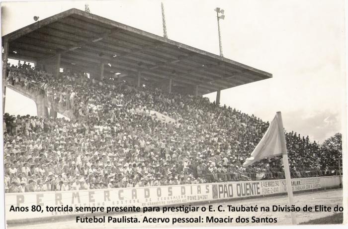 Estádio cheio de torcedores anos 80