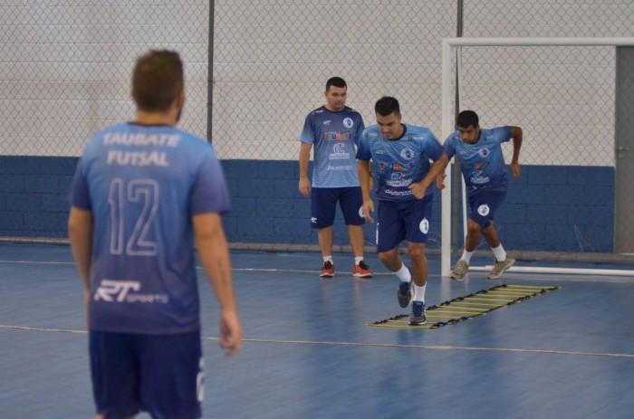 Jogadores do Taubaté Futsal em treinamente no ginásio da Vila Aparecida