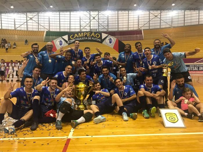 Elenco do Taubaté comemora o bicampeonato na Copa Paulista de Futsal