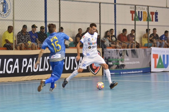 thumbnail_LEGENDA FOTO O beque Victor Cardelli, durante a partida contra o Botucatuense, que terminou empatada em 4 a 4 no ginásio da Vila Aparecid
