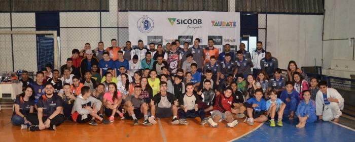 Durante evento o Projeto Instituto Vida Taubaté recebeu 60 kit's de uniformes de jogo (1)