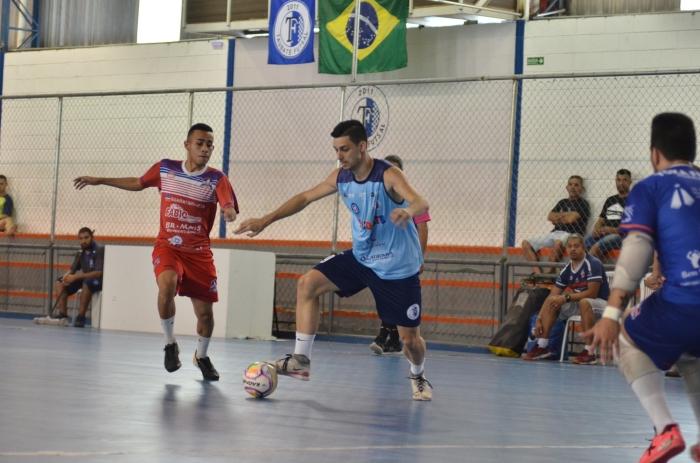 O pivô Douglas (direita), na vitória do Taubaté sobre o Yoka Guaratinguetá em partida amistosa na semana passada na Vila Aparecida (foto Jonas Barbetta Top 10 Comunicação)